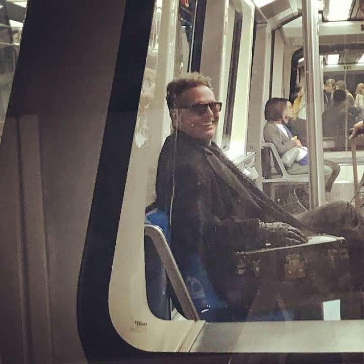 Captan a Luis Miguel viajando en el metro de Madrid