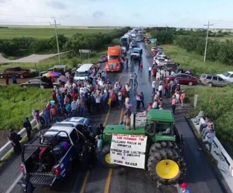 Campesinos cierran carreteras, demandan fijar precio de sorgo y apoyos de Federación